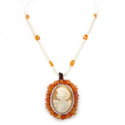 Necklace with pearls, carnelian flakes and cameo