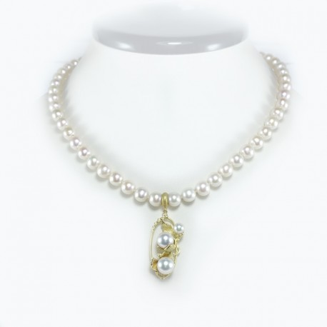 Necklace of fresh water pearls with pendant in yellow gold and saltwater pearls