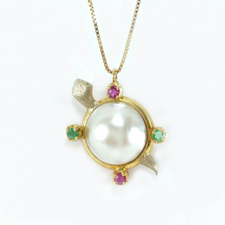Pendant turtle, pearl mabè, emeralds, rubies and chain in yellow gold