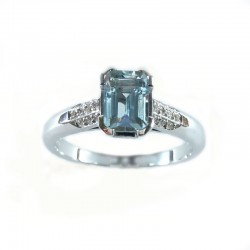 White gold ring with aquamarine and diamonds