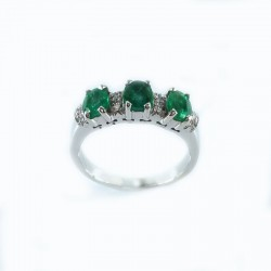 Ring in white gold with emeralds and diamonds