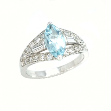 White gold ring with aquamarine and brilliant cut diamonds and baguette
