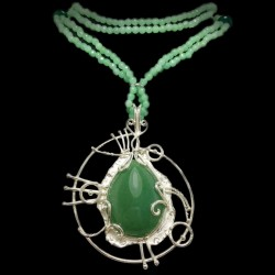 Necklace with spheres and disks with green agate with a silver pendant and a cabochon-cut green agate